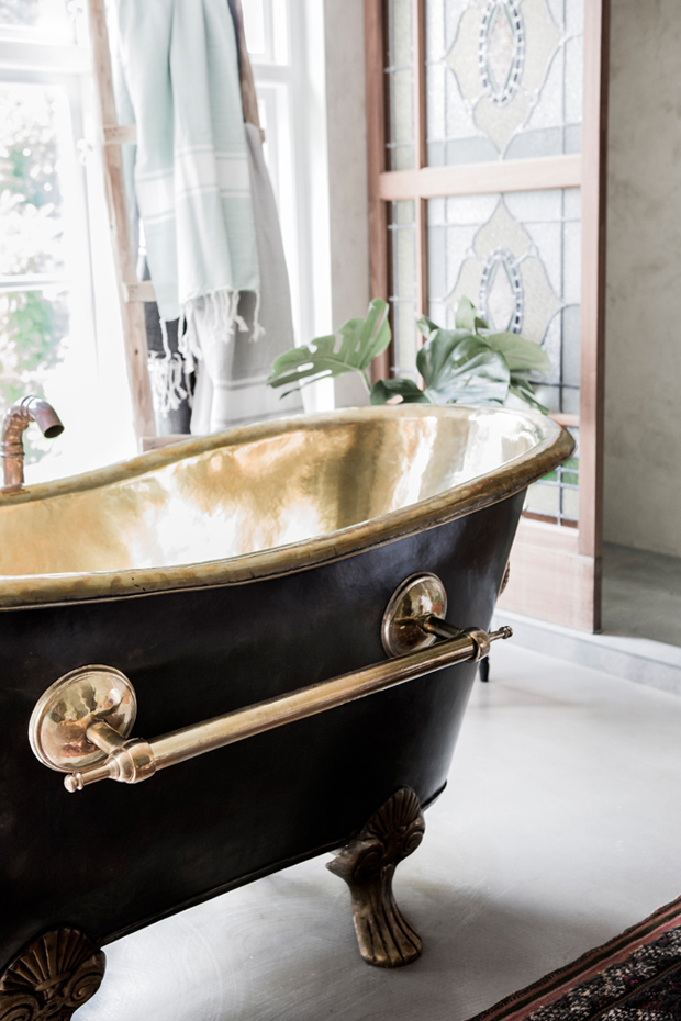 Black and Gold color bath tube