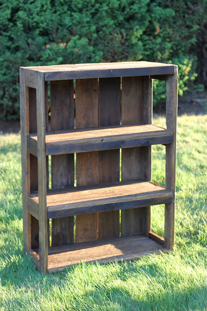 DIY Pallet Proejcts That Are Easy To Make And Sell Beautiful Rustic Bookshelf